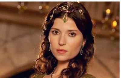 سلما ارگچ بازیگر مطرح ترکیهای در نقش کرا خاتون، همسر مولانا جلوی دوربین تازهترین کار حسن فتحی رفت.